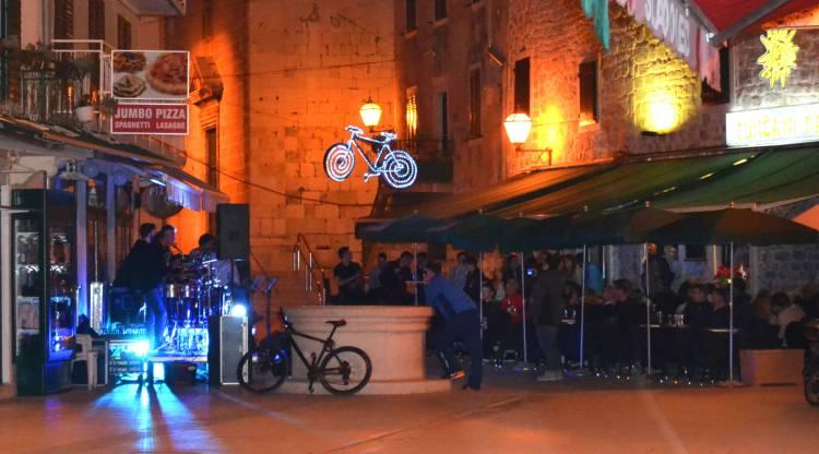 Foto Nastup The Living Rooma Na Terasi Rock Caffe A Suncani Sat