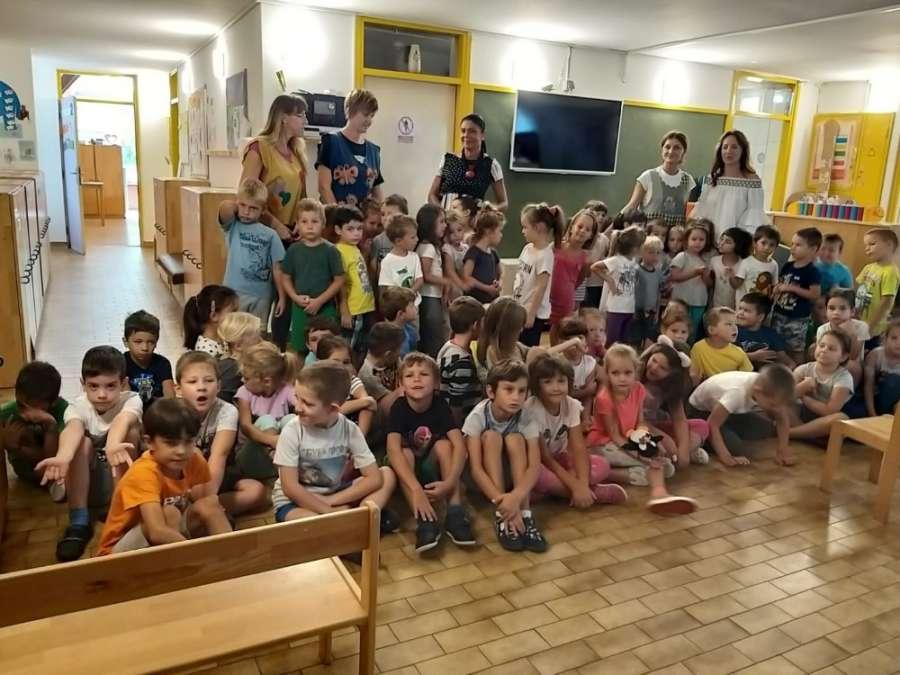 Gradonačelnica Vodica Nelka Tomić posjetila vrtić Tamaris i OŠ Čista Velika te prigodno darivala djecu