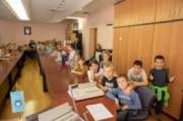 Drugaši s učiteljicama proučavali svoje Vodice: Posjetili su i Gradsku vijećnicu, a za gradonačelnicu su imali brojna pitanja.