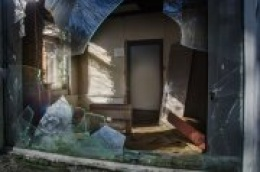 21-godišnjak kamenom razbio ulazna vrata i provalio u kuću 67-godišnjaka te razbacao namještaj