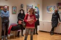 """Otvorena izložba slika """"Zagonetna priča"""" šibenske slikarice Dolores Bujas u Gradskoj knjižnici Vodice"""