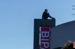 Mladić prijeti da će se baciti sa zgrade Bipe, policija, vatrogasci i hitna na terenu