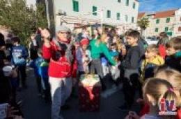 Uz dječji šampanjac, prskalice i tortu najmlađi Vodičani proslavili dječju Novu godinu