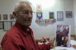 """Uz veselo društvo, spizu i pismu Maksim Kale sa svojim """"umirovljenicima"""" proslavio 90. rođendan"""