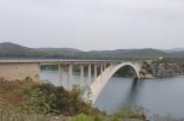 Muškarac koji se bacio sa Šibenskog mosta ima ozljede vrata i prsiju, ali one nisu opasne po život