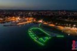 Svjetlosno-vodena atrakcija na plaži Vruje privukla veliki broj znatiželjnika