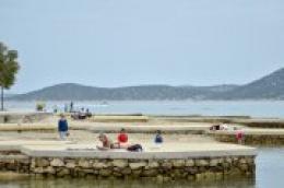 Polako se vraćamo na staro: Kafići, šetnice i plaže pune ljudi