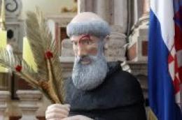 Sveti Nikola Tavelić tema je korizmene instalacije u župi Vodice. Autor je Josip Jole Mateša