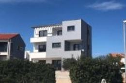 Prodaja: Samostojeća kuća s tri stambene jedinice u Vodicama