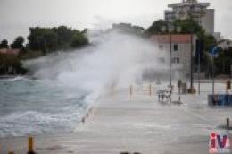 Olujno jugo paraliziralo Dalmaciju
