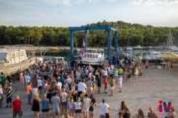 """Velika fešta u Sovlju: U more porinuta četrnaest metarska drvena kočarica """"Majka Terezija"""""""