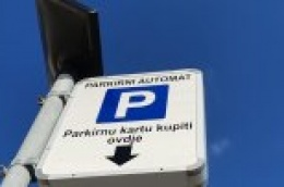 Ispred vodičkog hotela maloljetnik pirotehnikom razvalio aparat za samo-naplatu parkinga i napravio štetu veću od 7000 kn
