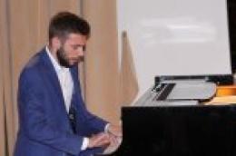 Zahvaljujući dječačkoj radoznalosti i raštimanom kućnom klaviru danas mnogi mogu uživati u neodoljivim zvucima klavira mladog i talentiranog pijanista Šime Buhe