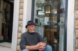 Neven Srdarev u rodnoj kući trenutno uređuje svoj atelje, a jedan dio istog posvetio je Mili Mičinu, nedovoljno vrednovanom i ignoriranom umjetniku-boemu