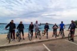 Krenule besplatne biciklističke ture po vodičkom zaleđu: Osam biciklista iz Hrvatske i Njemačke obišli arheološke lokalitete i upoznali našu kulturnu baštinu