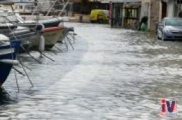 Priroda pokazala zube, mještani u čudu: More poplavilo rivu, ušlo u stambene i poslovne prostore
