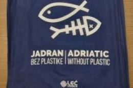 Komunalno društvo LEĆ daruje svojim korisnicima platnenu vrećicu s logom projekta Jadran bez plastike