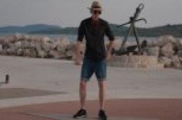 Mala plesna video razglednica iz Vodica:  Jure pleše i dok šeta