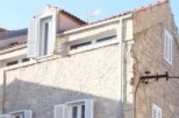 U Vodicama, u samom centru grada i neposrednoj uređene plaže, prodaje se obnovljena kamena kuća
