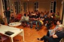 Tri sata predavanja i diskusija s građanima Vodicama nisu bila dovoljna: Zanimljive rasprave nastavile su se pred zgradom knjižnice još dugo nakon što je predavanje službeno završilo