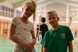 Iako su mali, igraju kao veliki: Lionel Jerkov i Eva Lokas iskaču u vodičkoj školi rukometa