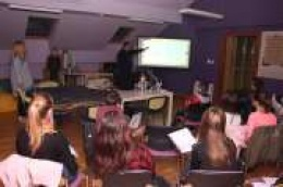 Petnaestero osnovnoškolaca sa zanimanjem slušali što im je o povijesti i osnovama Glagoljice kazivao vodički župnik don Franjo Glasnović
