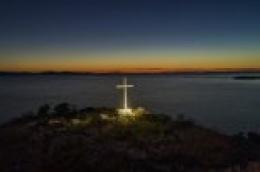 Napokon osvijetljen križ na otočiću Malom Škoju pokraj Tribunja